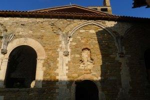 Façana de l'església amb restes del claustre. A l'esvoranc de la pared hi havia una imatge de Sant Pere.