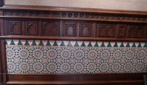 Arrambador de fusta i majòlica al menjador principal.
