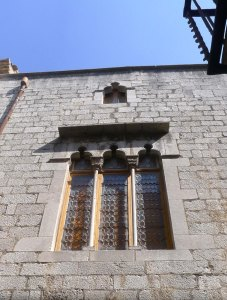 Finestral gòtic a la façana principal.