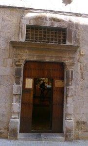 Porta renaixentista a la façana principal.