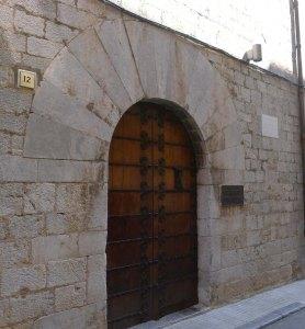 Porta gòtica a la façana del carrer de l'Església.