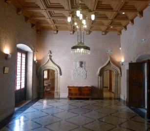 Rebedor del primer pis amb dues portes gòtiques.