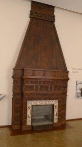 Llar de foc recoberta de fusta i rajoles a la sala d'estar.