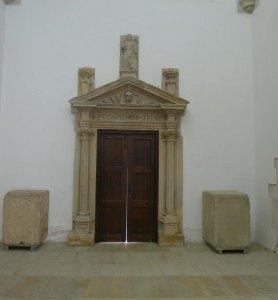 Antiga porta de la casa de la ciutat col·locada a l'interior de l'església.