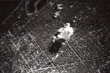 8.Autor desconegut - Bombardeig de Barcelona per l'aviació italiana el 17 de març de 1938 a les 14.15h, 1938. CRAI Biblioteca del Pavelló de la República, Barcelona.