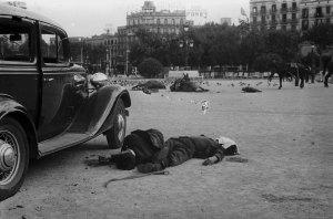 7.Agustí Centelles - Morts a la Plaça Catalunya, 19 de juliol de 1936. ©MECD. Archivo Fotográfico Agustí Centelles.