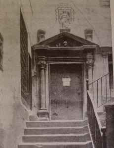 La porta de l'estudi al seu lloc original.
