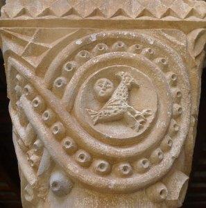 Un dels capitells del claustre.