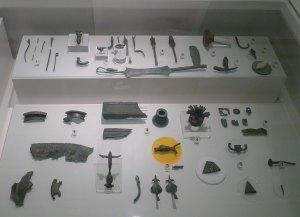 Objectes trobats a les excavacions exposats al Centre d'Interpretació.